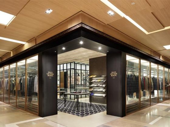 服装店的装修好与坏,关系到可流量和销售量。所以服装店的装修是不可忽视的。今天艺高斯就跟大家谈谈关于玻璃隔墙在服装店的应用。    这是艺高斯在越秀区的一家女性的流行服装店的案例。这间服装店设计的主题是大海,所有设计都有大海波光粼粼的感觉,所以主题颜色是金色和白色为主。四周墙体多数是用金色铝合金包墙的玻璃隔墙。金色的铝合金材料加上镜面的玻璃,显得店面波光粼粼,雍容华贵。这些玻璃隔墙模拟阳光洒落海面的金色波纹,配合灯光与镜面的折射倒映,创造绚丽的光影变化。镜面的玻璃隔断墙,不只是墙体装饰也当做镜子,让客人