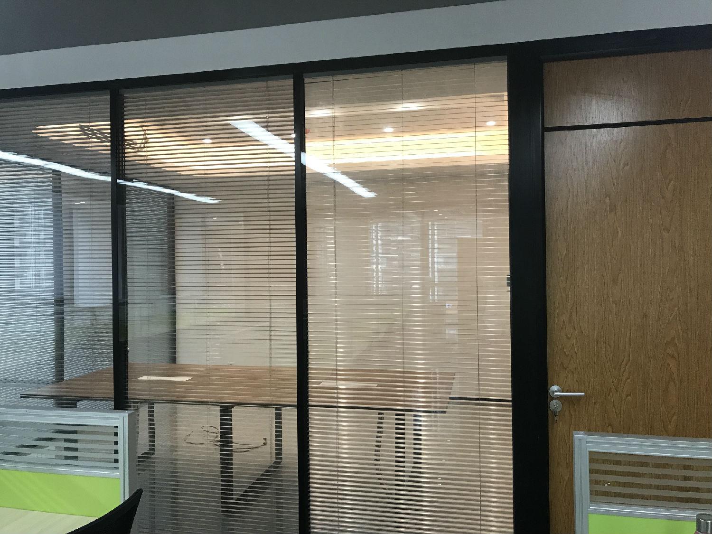 广州达迈通信科技限公司办公室双玻百叶隔断案例